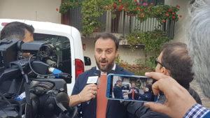 Mario Polese mentre parla con i giornalisti (ph. Luisa Calza)