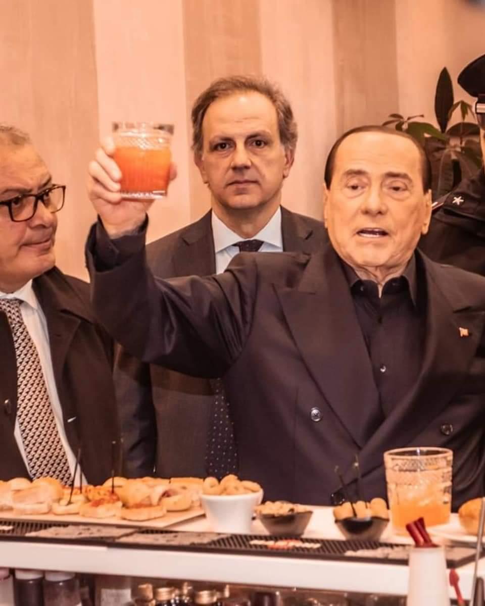 2 marzo Berlusconi brinda