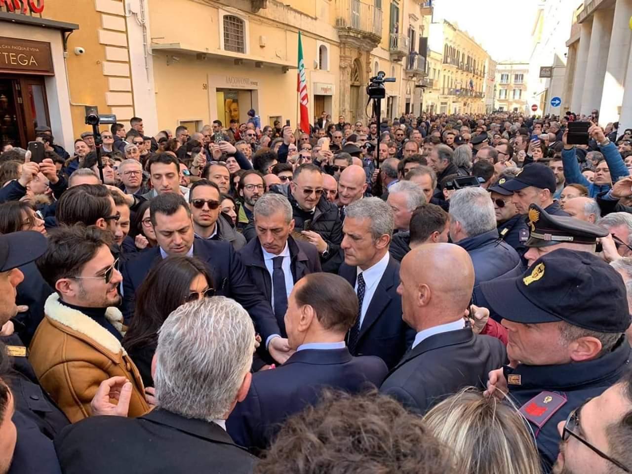 2 marzo Berlusconi in mezzo ai potentini
