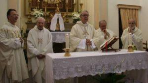 nella foto de La Nazione don Probo Vaccarini e i suoi 4 figli mentre concelebrano messa