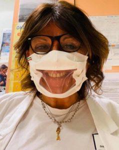 La dr.ssa Esposito con indosso la particolare mascherina che dispensa sorrisi