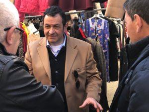 Giovanni Vizziello tra la gente al mercato