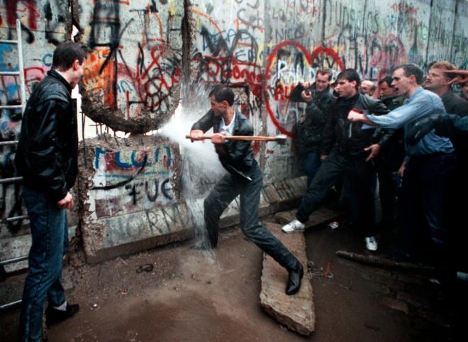 Dalla caduta del Muro di Berlino un periodo di profonda regressione sociale e civile