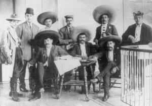 Emiliano Zapata al centro nella foto con altri rivoluzionari messicani